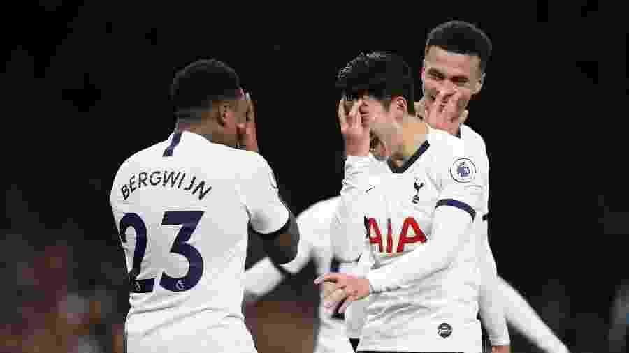 Steven Bergwijn comemorando o gol do Tottenham com Son  - David Klein / Reuters