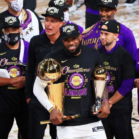 LeBron James exibe o troféu de campeão da NBA e o de MVP das Finais - Mike Ehrmann/Getty Images