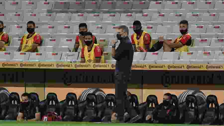 Técnico do Athletico-PR, Paulo Autuori é um dos maiores críticos da volta do futebol durante a pandemia  - Fabio Wosniak/Site Oficial do Athletico Paranaense
