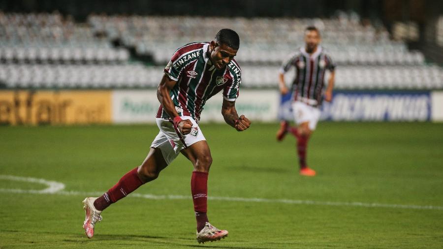 John Kennedy, do Fluminense, comemora gol contra o Coritiba, no Brasileiro 2020/2021 - Lucas Merçon / Fluminense F.C.