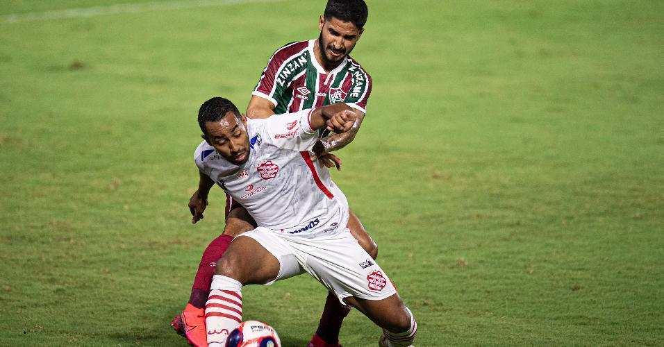Dionathan e Igor Juliao disputam a bola durante a partida entre Bangu x Fluminense, pelo Campeonato Carioca