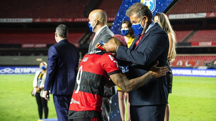 Ex-atacante Nunes entrega a Gabigol medalha pelo título do Campeonato Brasileiro de 2020 - Alexandre Vidal/Flamengo