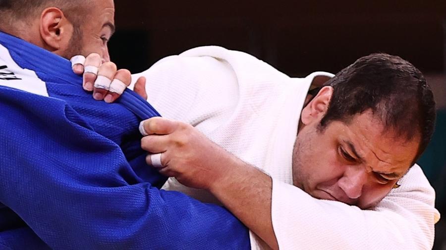 Brasileiro Rafael Baby (de branco) em ação contra Ushangi Kokauri nas Olimpíadas de Tóquio - Sergio Perez/Reuters