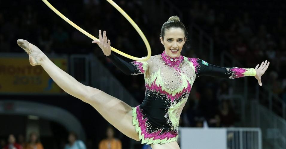 Natalia Gaudio se apresenta com arcos na ginástica rítmica do Pan