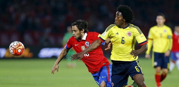 Valdivia disputa bola com adversário em jogo entre Chile e Colômbia