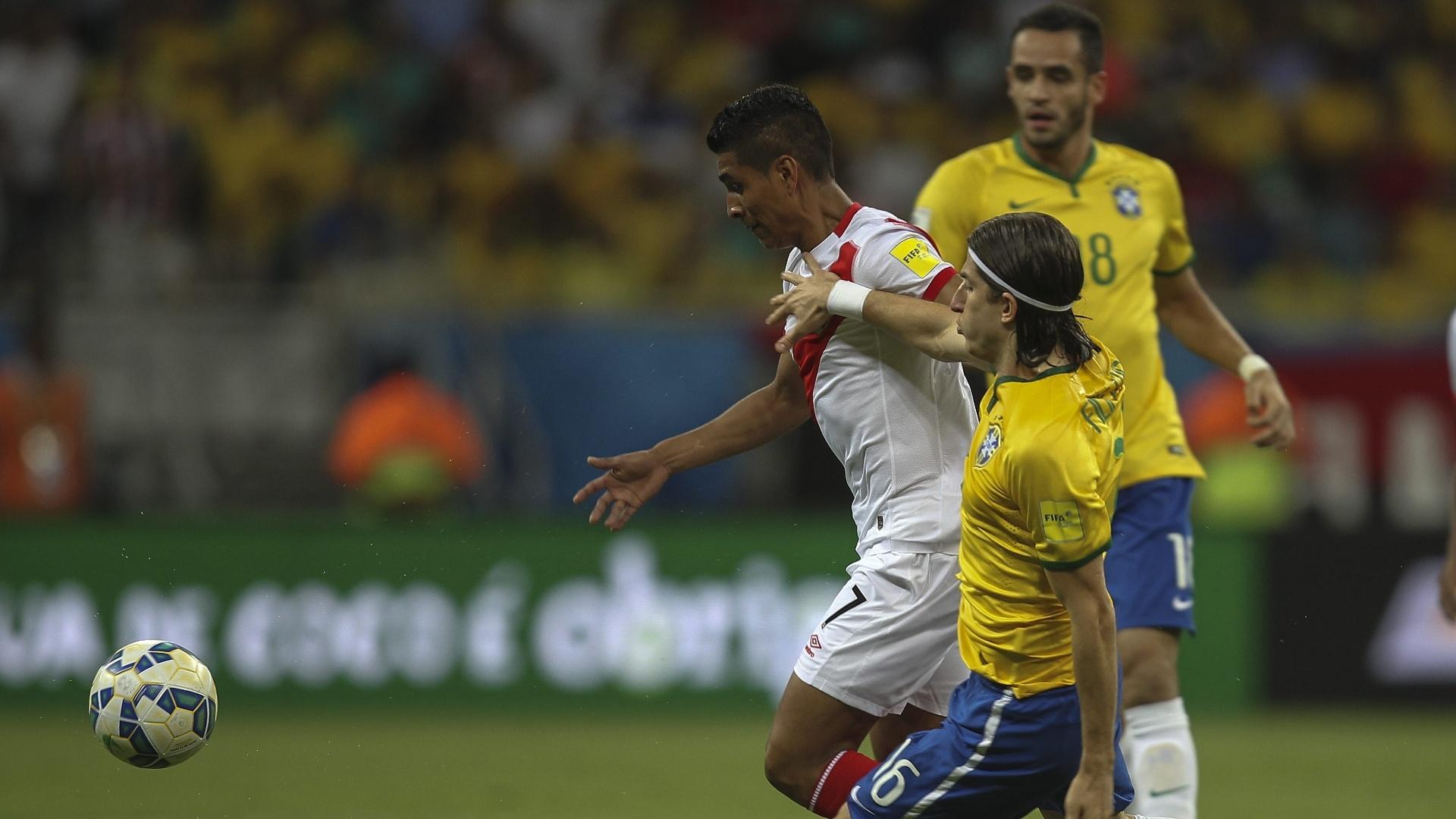 Filipe Luís disputa a bola com Paolo Hurtado na partida do Brasil com Peru, nas Eliminatórias