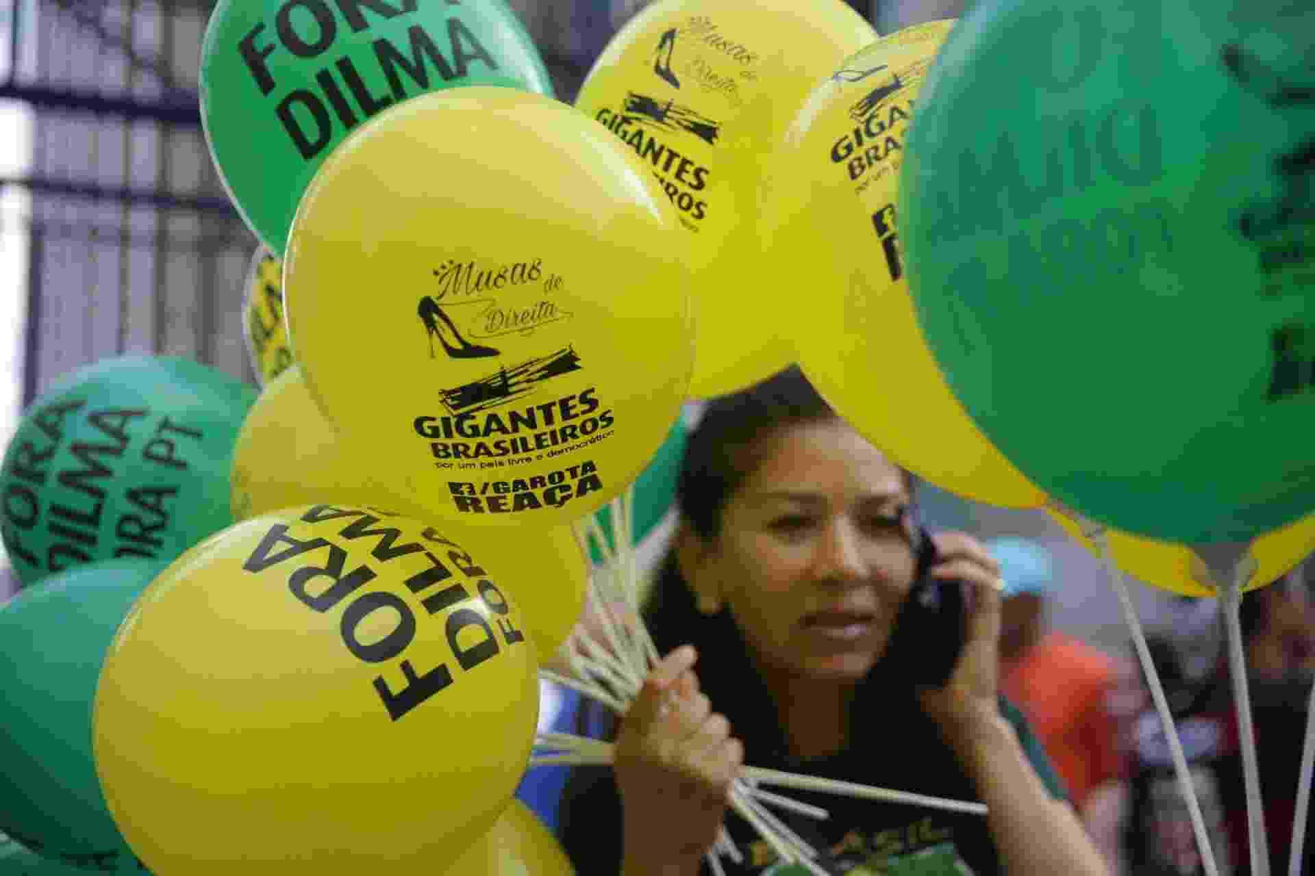 Participantes da São Silvestre levam bexigas pedindo a saída de Dilma - Danilo Verpa/Folhapress