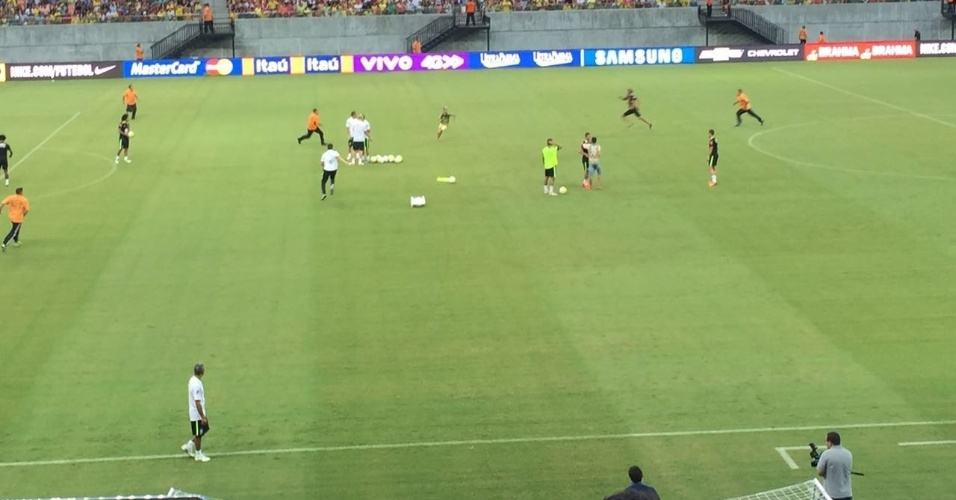 Seguranças perseguem torcedores que invadiram treino da seleção brasileira em Manaus