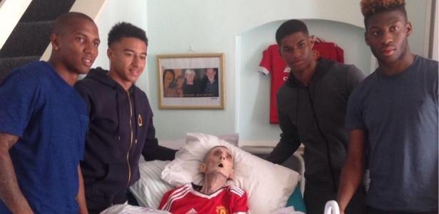 Atletas do Manchester United visitaram torcedor, que faleceu logo após o encontro