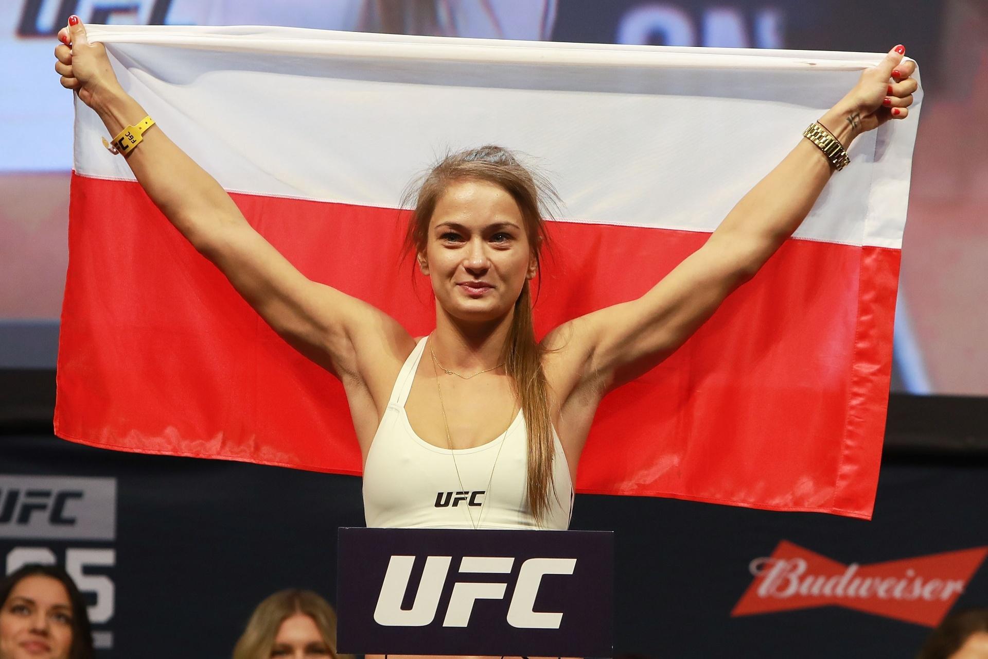 Karolina Kowalkiewicz exibe bandeira da Polônia na pesagem do UFC 205