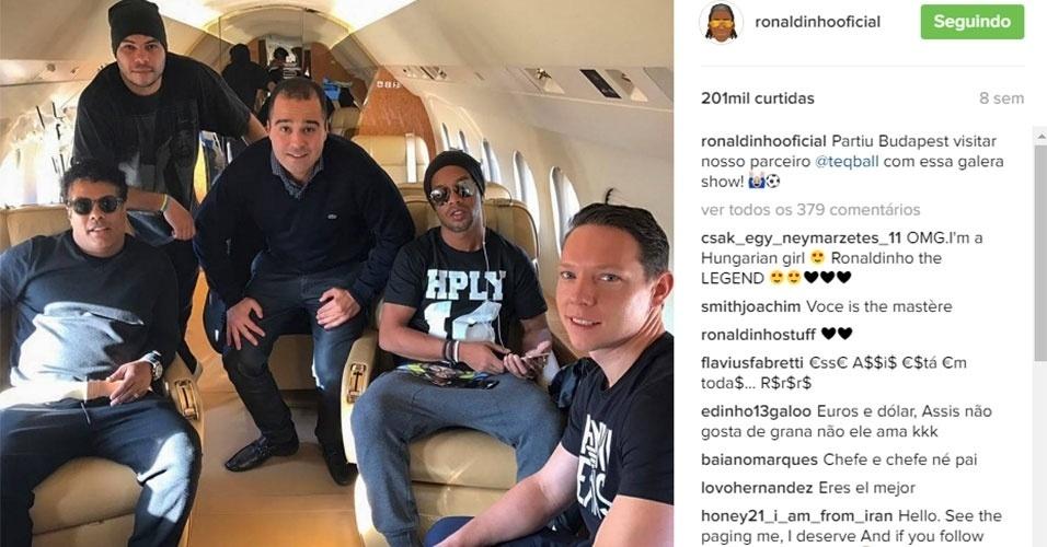 Ronaldinho é outro que está sem emprego faz tempo, mas não deixou de ostentar. Fotos em jatinhos são frequentes para o craque
