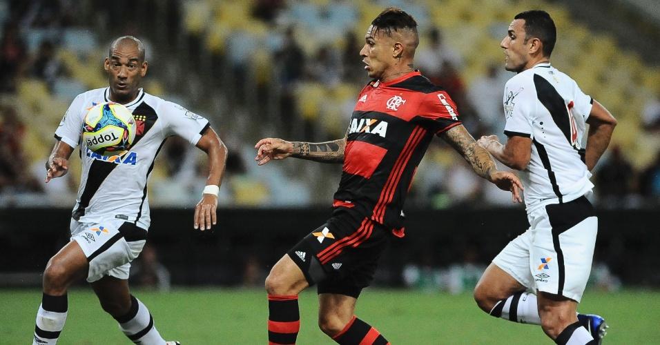 Guerrero, do Flamengo, é acompanhado de perto por Rafael Marques e Rodrigo, do Vasco