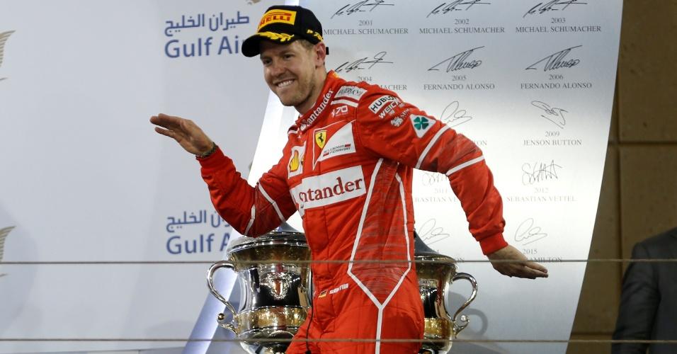 Sebastian Vettel, da Ferrari, dança no pódio para comemorar a vitória no GP do Bahrein