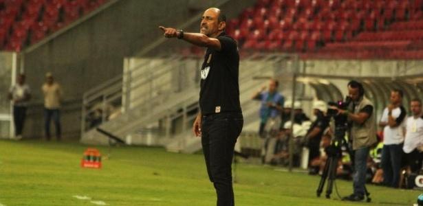 Santa Cruz demite técnico Vinícius Eutrópio após derrota em casa ... ec5c43e6ae010