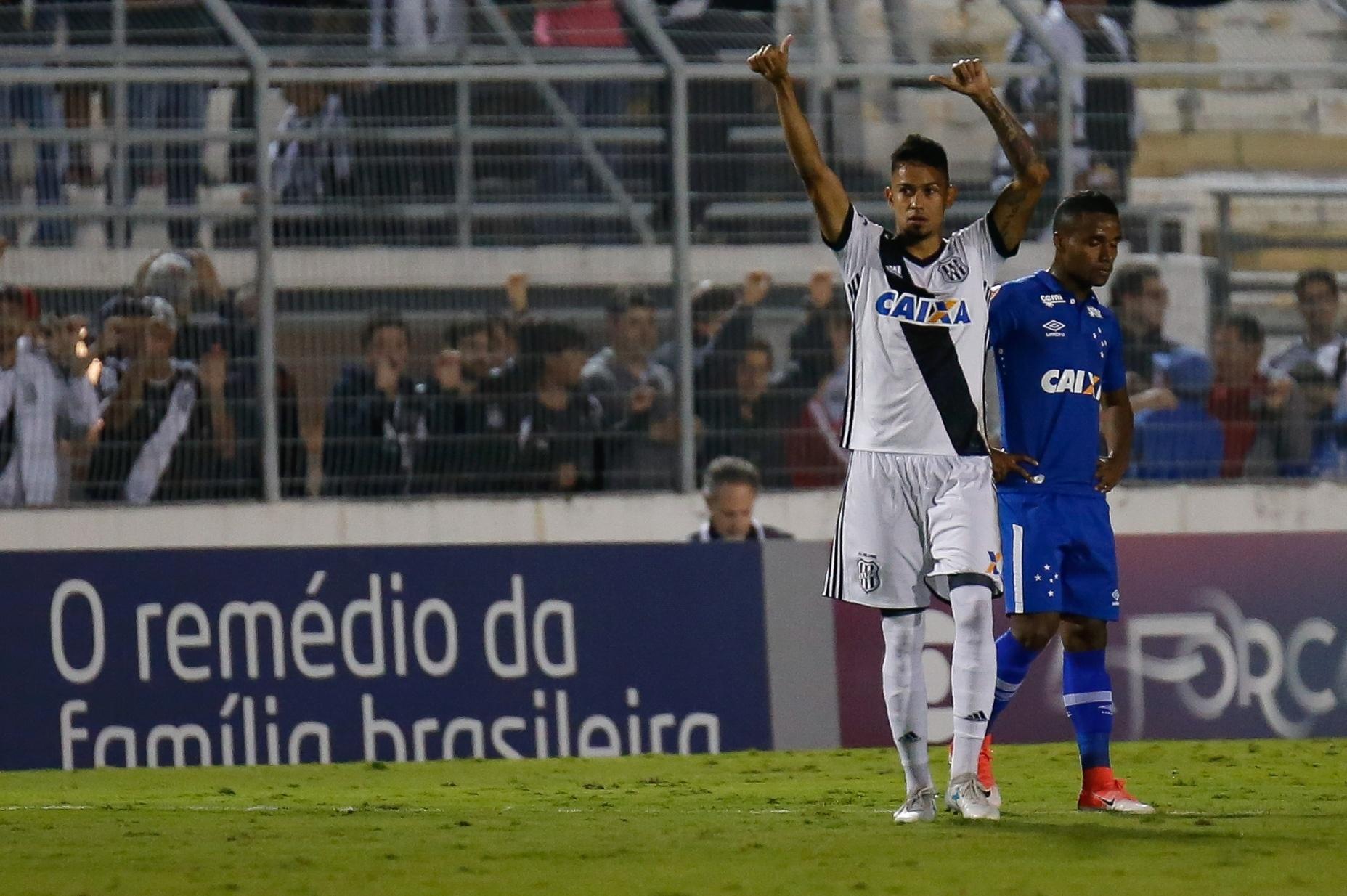 Lucca comemora gol da Ponte Preta diante do Cruzeiro pelo Campeonato Brasileiro 2017