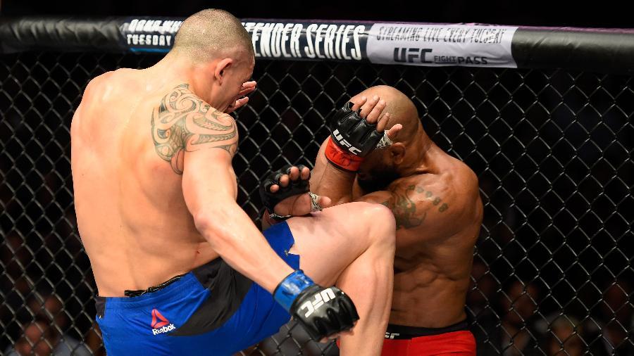 Robert Whittaker disfere joelhada em Yoel Romero na luta principal do UFC 213 - Josh Hedges/Zuffa LLC/Zuffa LLC via Getty Images