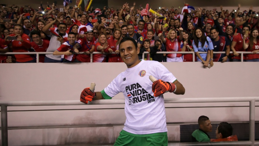 Keylor Navas tira foto com torcedores após a Costa Rica garantir vaga na Copa - AFP PHOTO/Jorge RENDON