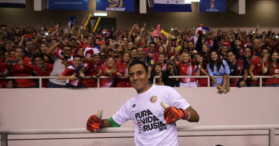 Keylor Navas tira foto com torcedores após a Costa Rica garantir vaga na Copa