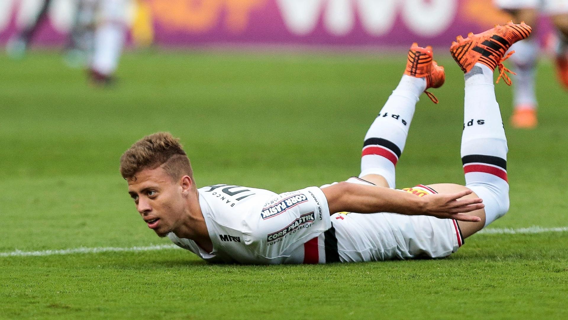 Lucas Fernandes vai ao chão durante jogo entre São Paulo e Botafogo