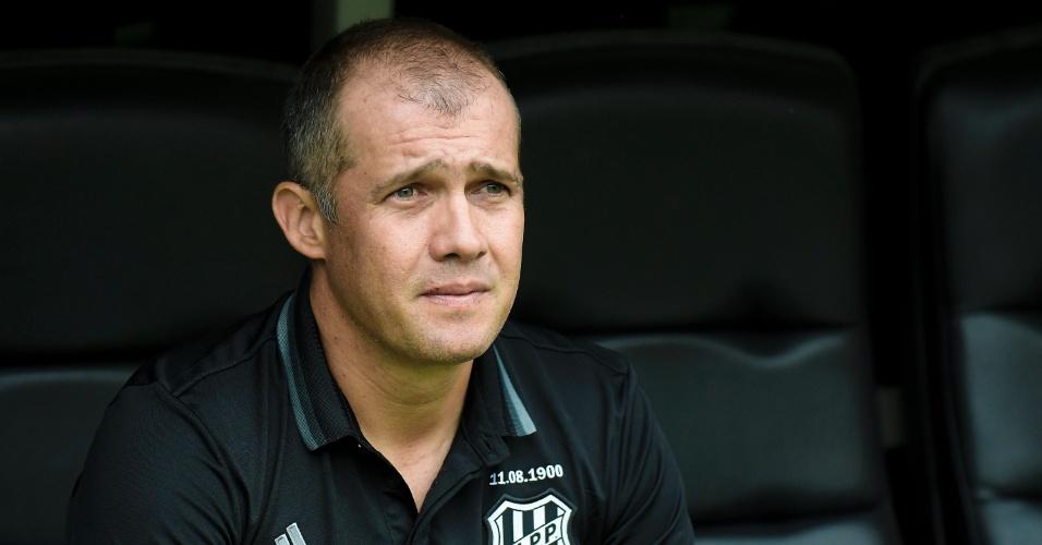 O técnico Eduardo Baptista comanda a Ponte Preta contra o Fluminense