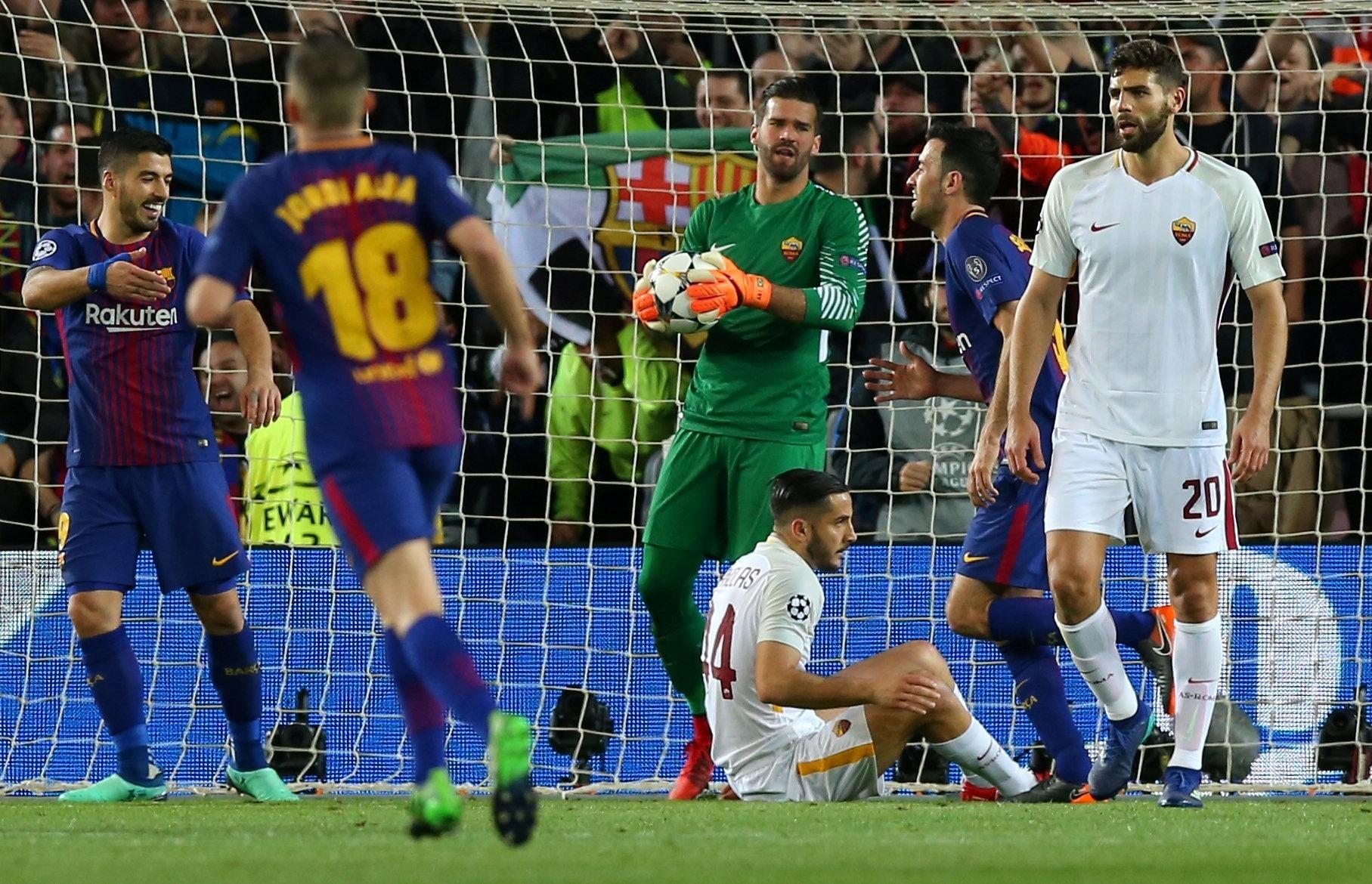 Alisson mostra desapontamento após segundo gol contra da Roma contra o Barcelona