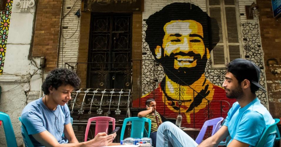 Um artista egípcio fez uma pintura de Salah sorridente na escadaria de um café ao ar livre no Cairo