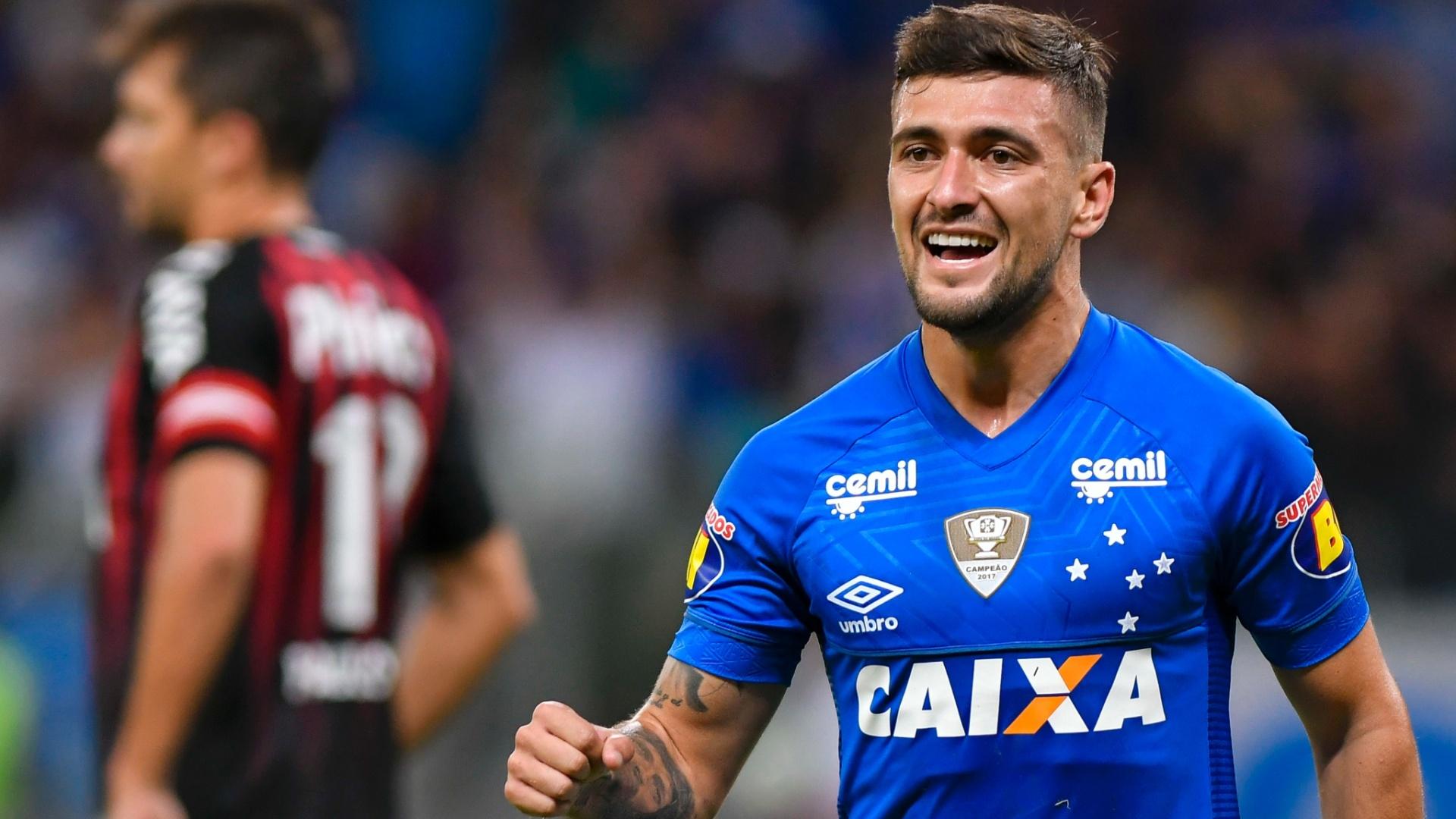 De Arrascaeta celebra gol marcado na partida do Cruzeiro contra o Atlético-PR