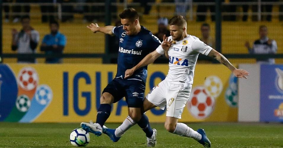 Jogadores disputam bola durante Santos x Grêmio