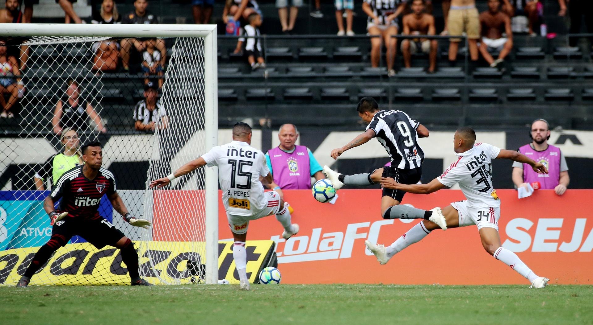 Kieza finaliza para marcar o segundo gol do Botafogo diante do São Paulo
