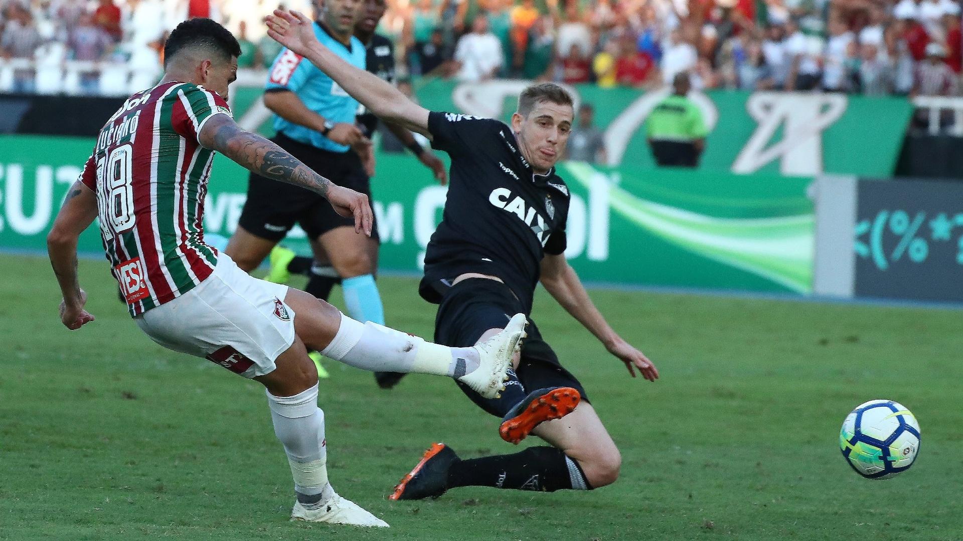 Luciano chuta para anotar o gol do Fluminense diante do Atlético-MG