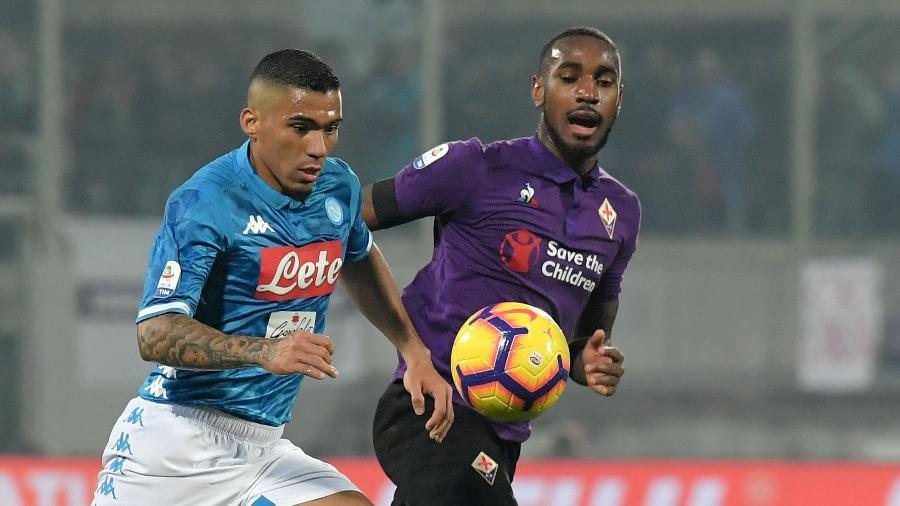 Allan e Gerson disputam bola durante duelo entre Fiorentina e Napoli no Campeonato Italiano - Tiziana FABI / AFP