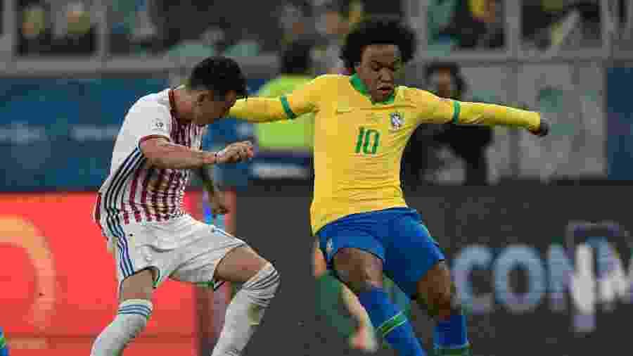 Willian e Hernan Perez no jogo Brasil x Paraguai pela Copa América - Juan MABROMATA / AFP