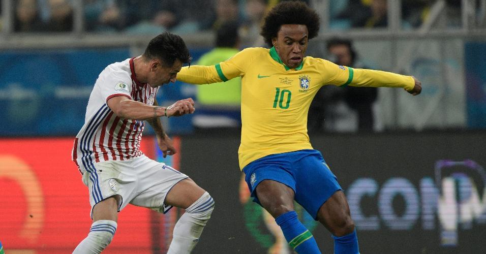 Willian e Hernan Perez no jogo Brasil x Paraguai pela Copa América
