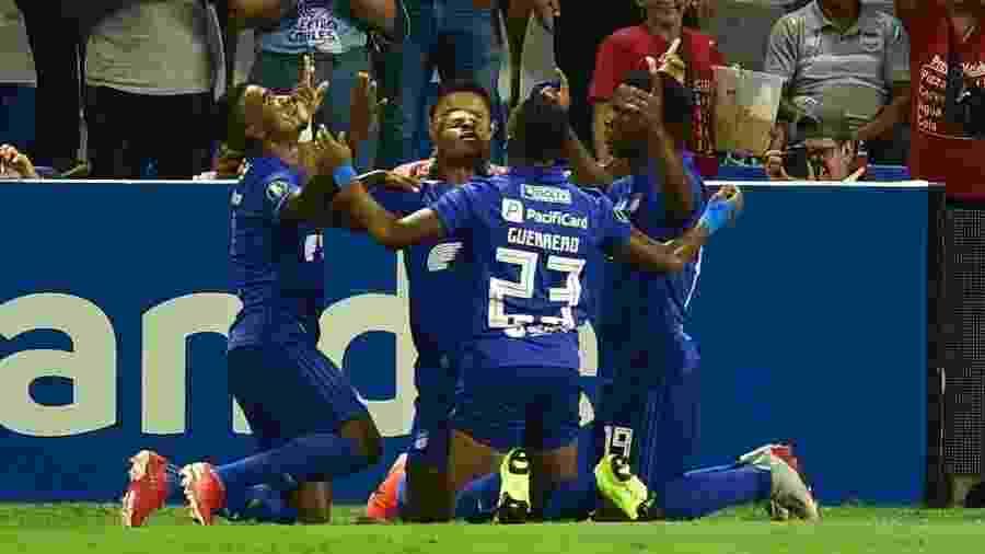 Wilmer Godoy comemora seu gol com os jogadores do Emelec em jogo contra o Flamengo pela Copa Libertadores - Rodrigo BUENDIA / AFP