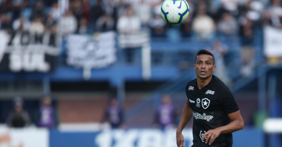 Cicero, jogador do Botafogo, observa a bola em partida contra o Avaí