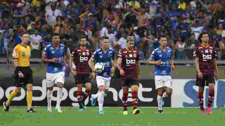 Thiago Neves, do Cruzeiro, carrega bola ao lado de Arrascaeta, do Flamengo, após marcar gol - Fernando Moreno/AGIF