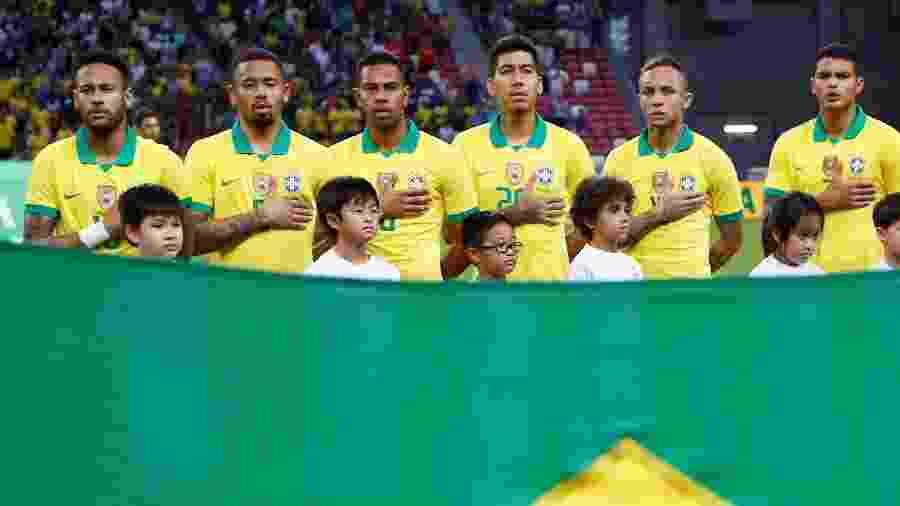 Jogadores da seleção brasileira perfilados antes de jogo amistoso contra a Nigéria - Feline Lim/Reuters