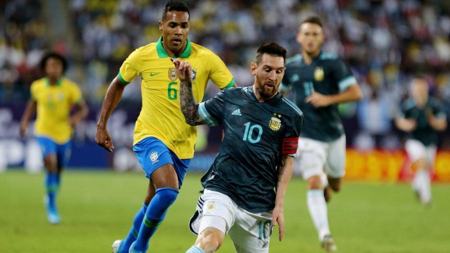Lionel Messi domina a bola em frente a Alex Sandro em Brasil x Argentina - REUTERS/Ahmed Yosri