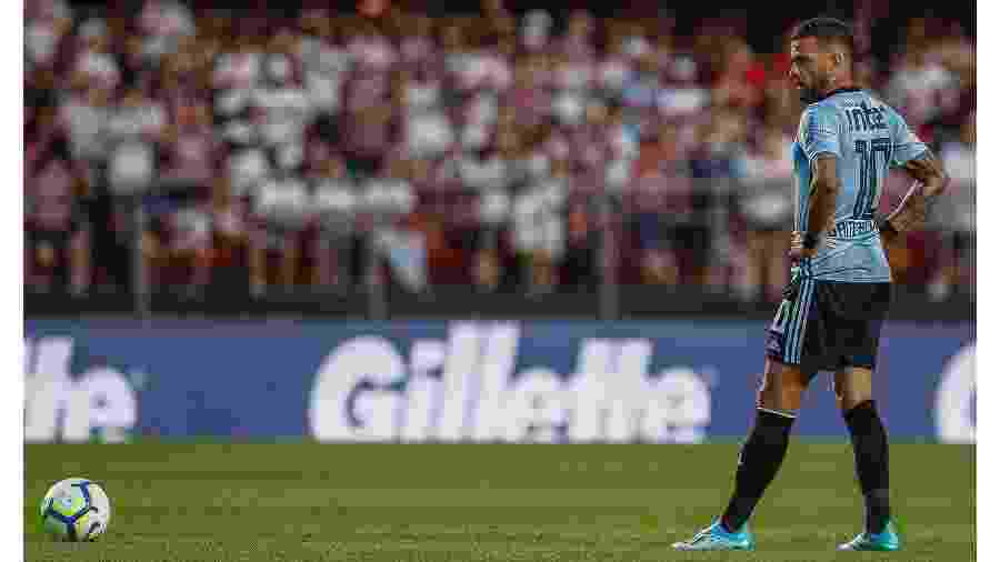 Daniel Alves se prepara para cobrança de falta contra o Ceará no Morumbi - Miguel Schincariol/Getty Images