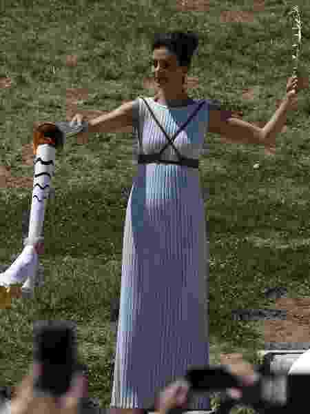 Vestida como sacerdotisa, atriz grega Katerina Lehou passa a chama olímpica em cerimônia de acendimento da tocha dos Jogos Olímpicos de 2016, no Rio de Janeiro - Alkis Konstantinidis/Reuters