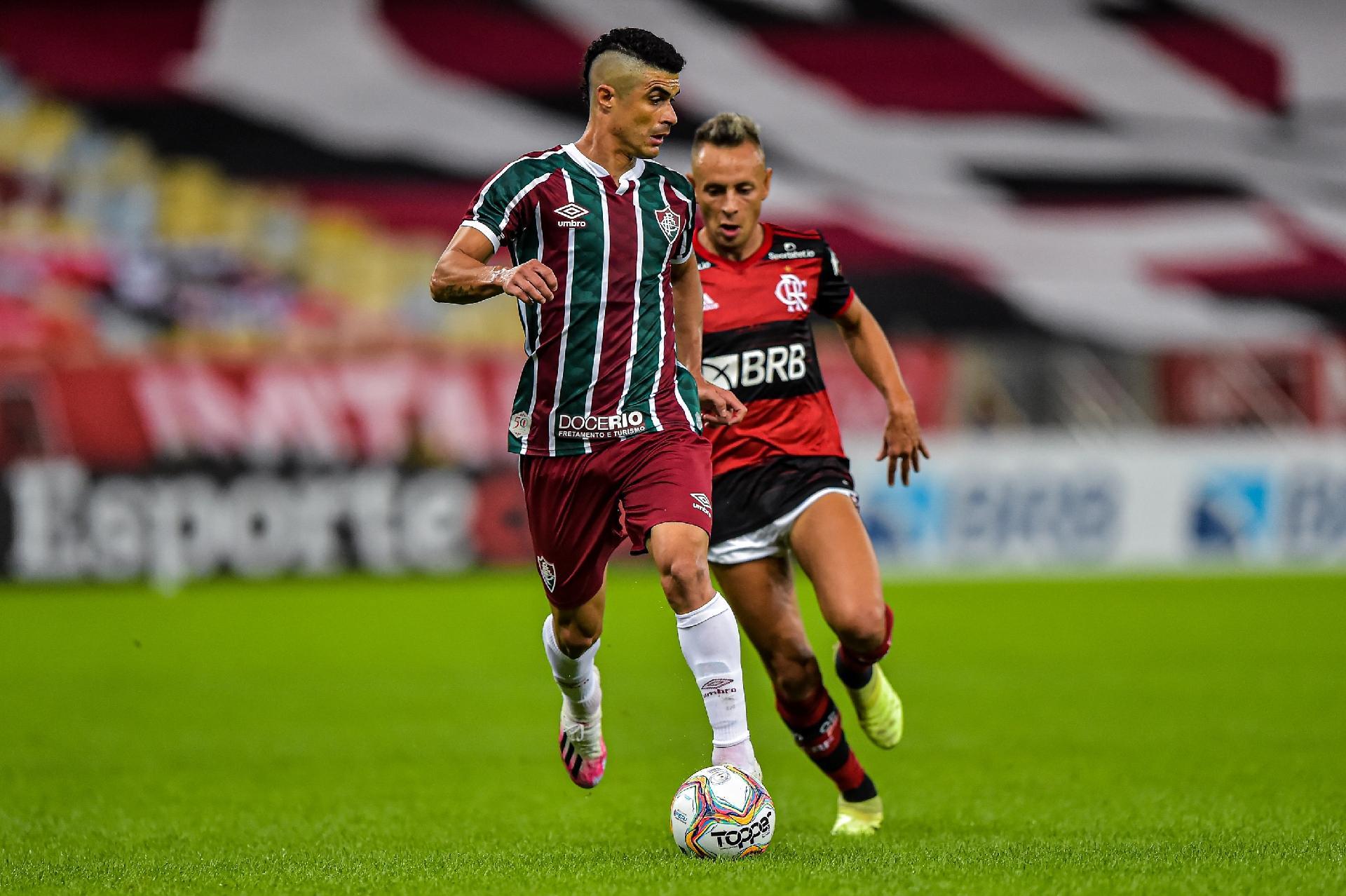 Egídio, do Fluminense, protege a bola na decisão do Campeonato Carioca contra o Flamengo