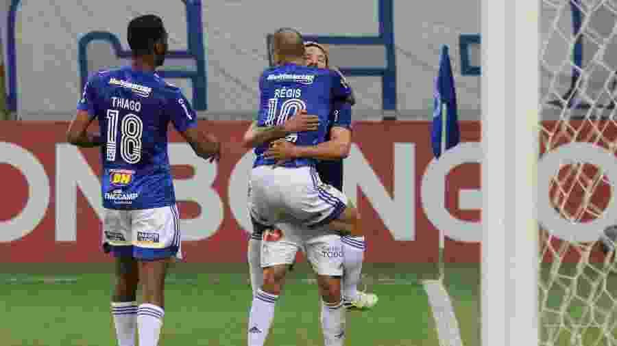 Jogadores do Cruzeiro comemoram gol marcado por Régis em vitória sobre o Vitória na Série B 2020 - Fernando Moreno/AGIF