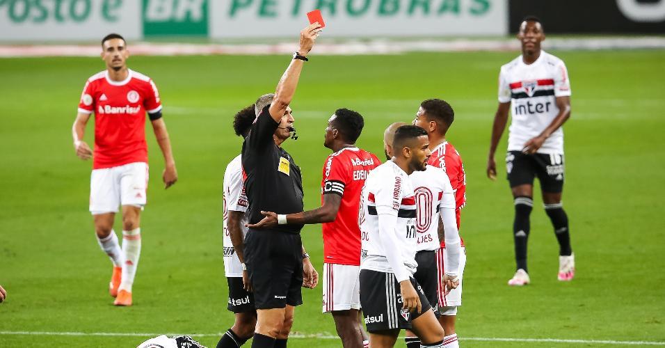 Zé Gabriel é expulso após falta dura em Igor Gomes