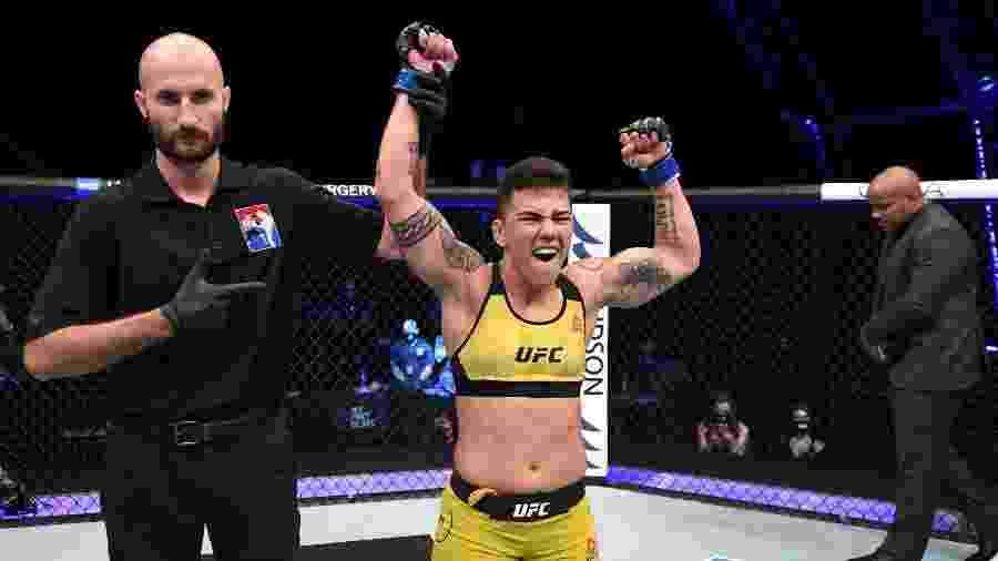 Jessica Bate-Estaca Andrade comemora nocaute sobre Katlyn Chookagian pelo UFC Fight Island em Abu Dhabi - Josh Hedges/Zuffa LLC via Getty Images
