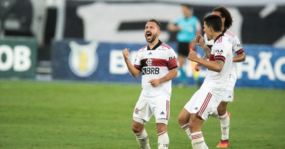 Jogadores do Flamengo comemoram gol de Everton Ribeiro em jogo contra o Botafogo