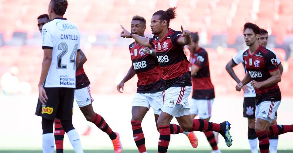 Jogadores do Flamengo comemoram gol marcado por Willian Arão contra o Corinthians, no Maracanã, no Brasileirão 2020