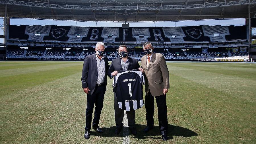 CEO Jorge Braga, entre o vice Vinicius Assumpção e o presidente Durcesio Mello - Vitor Silva/Botafogo