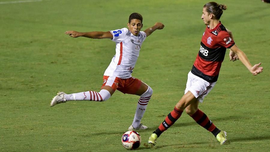 Filipe Luis em disputa durante Flamengo x Bangu, pelo Campeonato Carioca - Thiago Ribeiro/AGIF