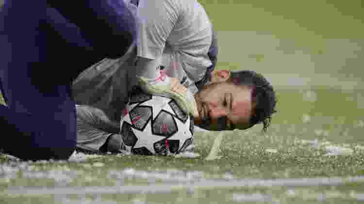 Goleiro brasileiro Ederson faz aquecimento antes de Manchester City x PSG pela Champions League - REUTERS/Phil Noble - REUTERS/Phil Noble