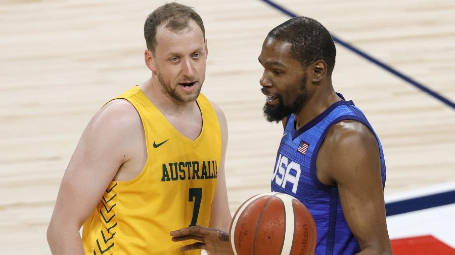 Kevin Durant, dos Estados Unidos, conversa com Joe Ingles, da Austrália, durante amistoso - Ethan Miller/Getty Images/AFP